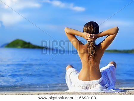 Frau am Strand, nahe dem Meer Meditation
