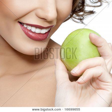 retrato de mulher sorridente atraente com fundo branco de appleon
