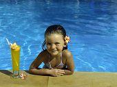 Постер, плакат: маленькая девочка в плавательный бассейн с апельсиновым соком