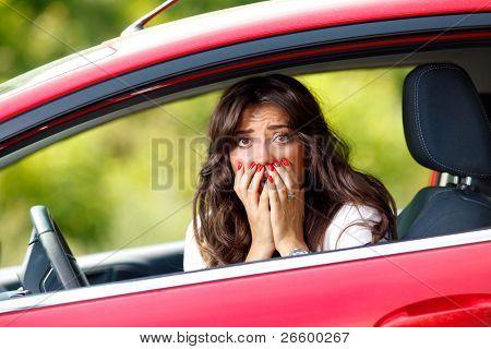 Jóvenes bastante miedo a mujer en el coche