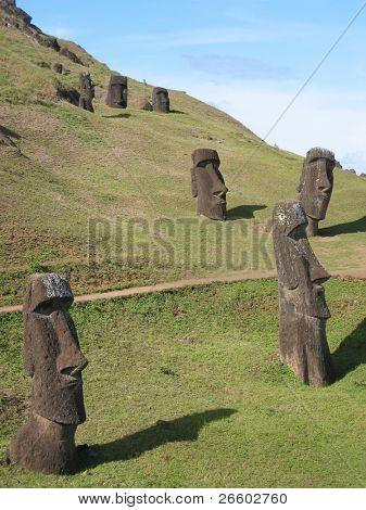 Moais am Hang des Rano Raraku Vulkan, Osterinsel