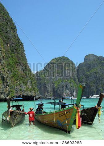 Tres barcos tailandés tradicionales en la isla de Maya Bay de Phi-Phi