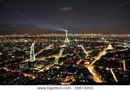 4. April Paris: Eiffelturm in der Nacht 4. April 2010 in Paris, Frankreich. Eiffelturm ist das meisten visi