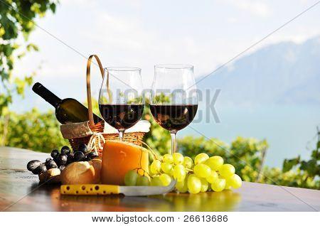 Rotwein, Trauben und Käse. Lavaux Region, Schweiz
