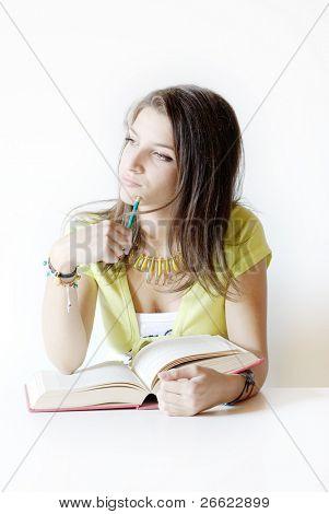 Girl Student meint auf das Buch, dass sie studiert