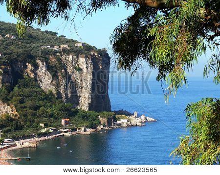 a casa de uma vila na costa de Sorrento
