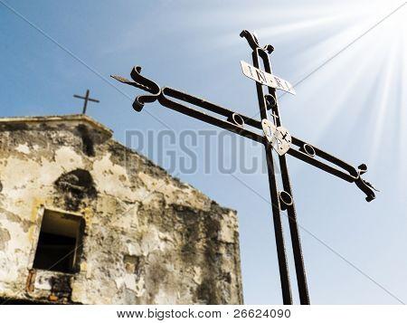 ruinas de la iglesia pequeña y un hierro cruza