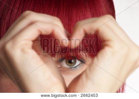 Mujer muestra el corazón