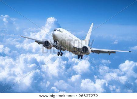 Big jet plane por encima de las nubes