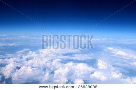 Aeroplano por encima de las nubes