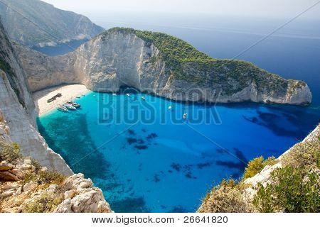 Ansicht von oben von Navagio Beach in Griechenland mit Kreuzer Verankerung am Strand