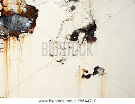 Superfície oxidada e corroída com fundo de pintura branca lascada