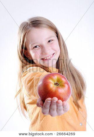 Kind ist lächelnd und hält einen roten Apfel. isoliert auf weißem Hintergrund