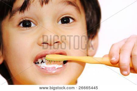 escovar os dentes do miúdo