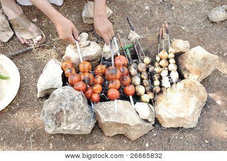 Una variedad de brochetas de carnes y verduras asarlos a la parrilla, parrilla Árabe