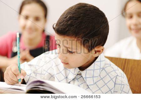 feliz trabalho filhos bem sucedidos na escola, sala de aula