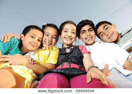 Felicidad sin límite, niños felices juntos al aire libre