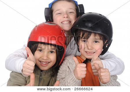 Felicidad sin límite, niños felices junto con golpes