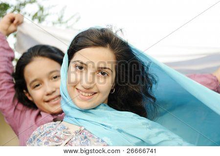 zwei östlichen schöne Mädchen auf Wind im freien