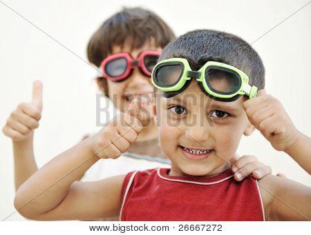 Retrato de dois amigos de pequenas crianças fazendo caretas e jogando juntos