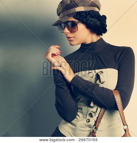 Uma foto da menina bonita sexual é em estilo de moda