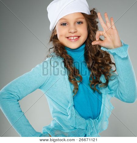 ein schönes Mädchen ist im Herbst Kleidung