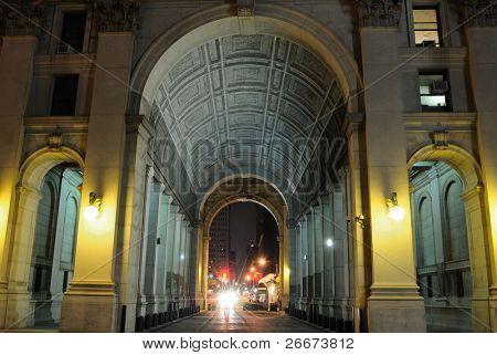 Nacht Schuss der Durchgang Weise durch das Zentrum des städtischen Gebäudes.