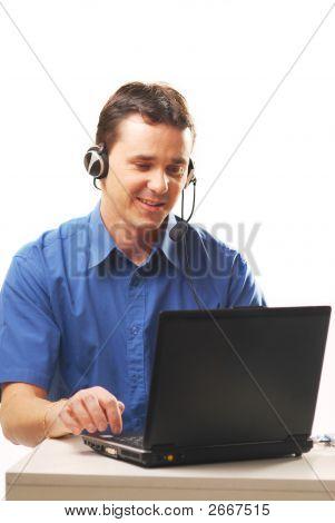 Mann mit einem Headset und Notebook