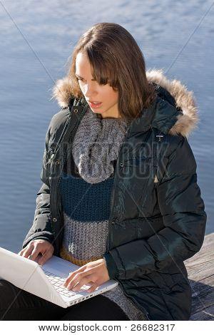 Mulher com o laptop