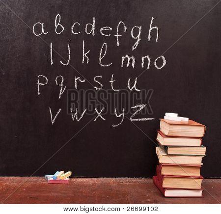 Alphabet auf einer Tafel mit Büchern