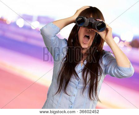 Retrato de una joven mirando a través de binoculares, Fondo