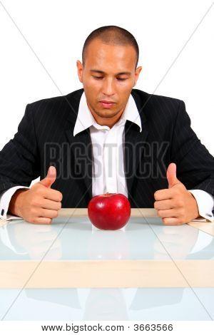 junge Geschäftsmann mit Apple denken