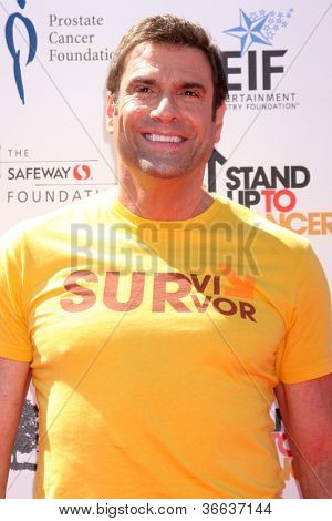 LOS ANGELES - 7 de setembro: Jerry Penacoli chega em 2012 Stand Up para câncer benefício no santuário em setembro