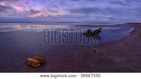 Hermosa caída en la costa del mar