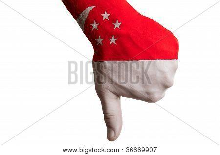 Singapur Nationalflagge Daumen nach unten Geste für Fehler gemacht mit hand