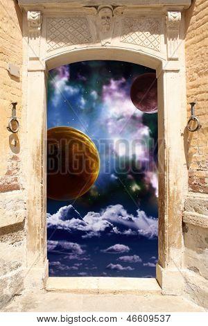 Quadro com cena antiga de porta e espaço