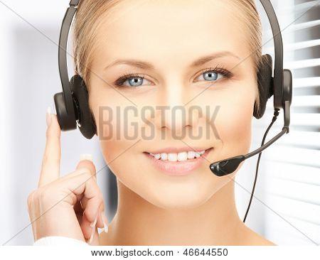 Foto de operador de la línea mujer amistosa con auriculares
