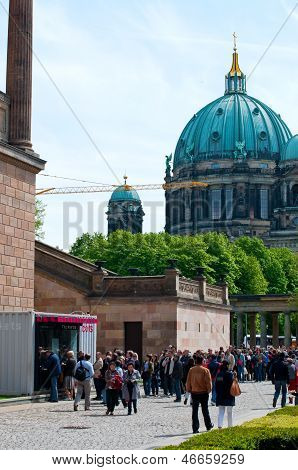 Queue to Berlin museums