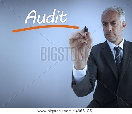 Empresário de escrever a palavra auditoria com um marcador