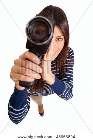 mulher feliz usando filmadora no fundo branco