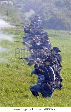 Union Soldiers On The Civil War Battlefield