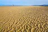 Постер, плакат: Мокрый песок во время отлива на пляж Английский канал