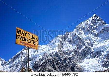 Placa de sinalização para o Monte Everest Base Camp com Nuptse montanha ao fundo, Nepal