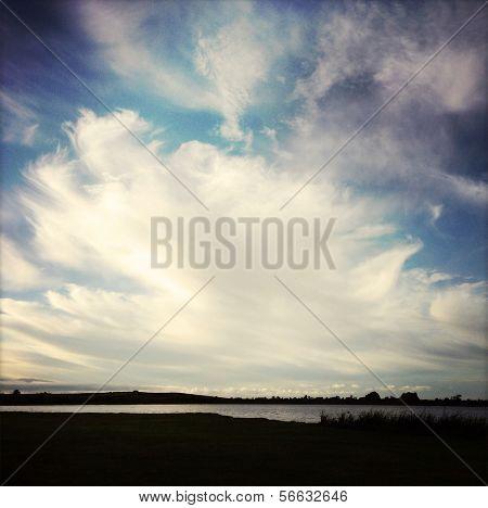 Formações de nuvens dramáticas acima do lago