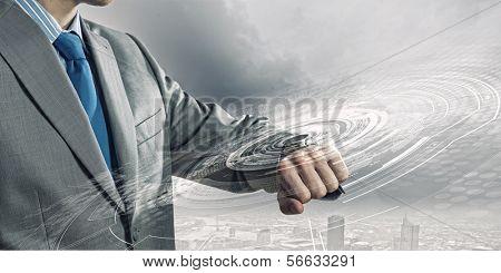 Empresario mirando su reloj. Nuevas tecnologías