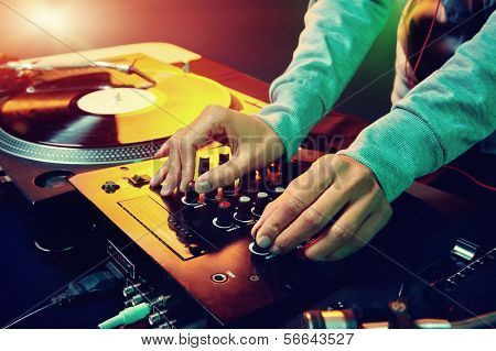 DJ hands-on Equipment-Deck und Mixer mit Vinyl-LP auf party