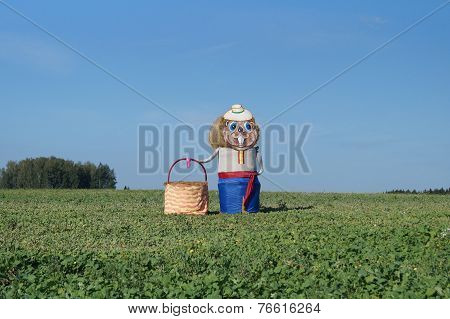 Sculpture beaver holding a wicker basket of straw