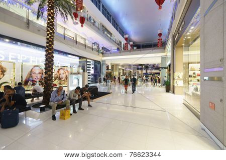 DUBAI - OCTOBER 13: The Dubai Mall linterior on October 13, 2014 in Dubai, UAE. The Dubai Mall located in Dubai, it is part of the 20-billion-dollar Downtown Dubai complex, and includes 1,200 shops.