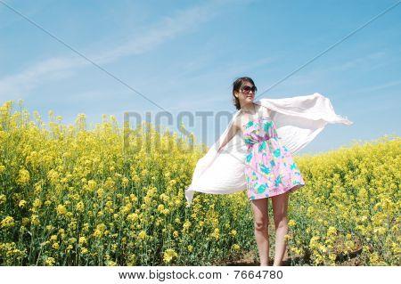 niña en el campo de la flor