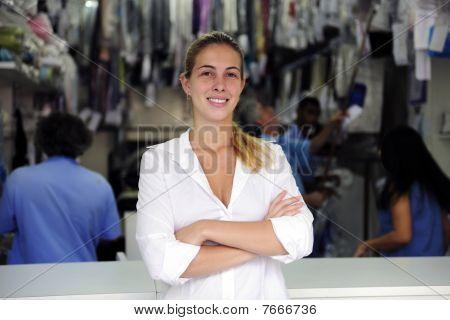 Feliz propietario de un negocio de limpieza en seco